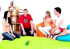Hawt teens having foursome